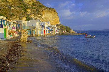 The beach of the fishing village of Klima (Photo: Tom Pfeiffer)