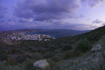 Evening over Adamas and the Gulf of Milos (Photo: Tom Pfeiffer)