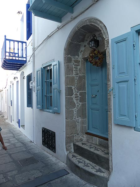 Typical Aegean white houses with blue painted fdoors and window shutters (Photo: Ingrid Smet)