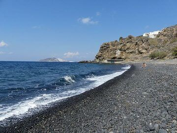 The black pebble beach of Hohlaki, made from perfectly rounded basaltic pebbles (Photo: Ingrid Smet)