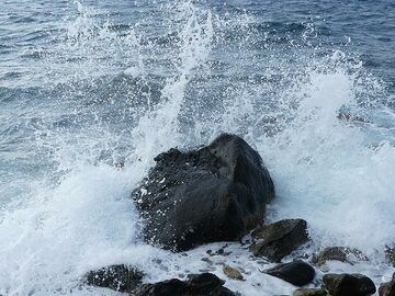 Waves breaking onto a larger block of basaltic lava (Photo: Ingrid Smet)