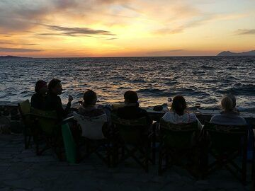 Watching the sun set with a glass of nice Greek wine (Photo: Ingrid Smet)