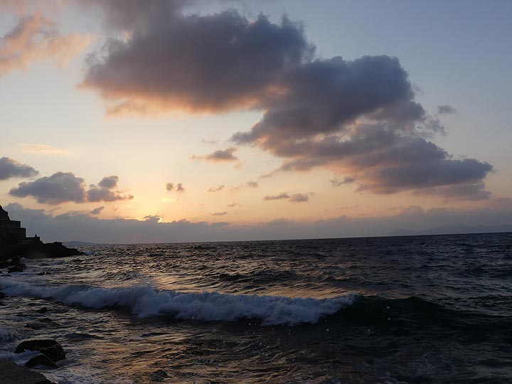 Sunset sky and rolling waves (Photo: Ingrid Smet)