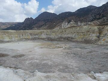 The floor of Stefanos crater has areas with actively hot bubbling mud (Photo: Ingrid Smet)
