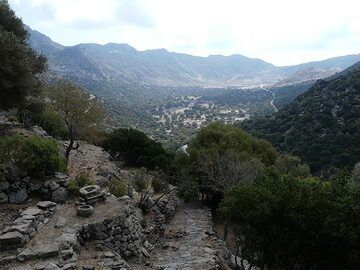 View from the hike halfway up to Emporio towards the Nisyros caldera floor and Stefanos crater (Photo: Ingrid Smet)
