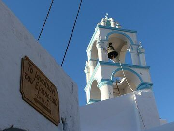 Church tower of Emporio above direction to the best resaturant of the island! (Photo: Ingrid Smet)