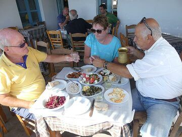Enjoying an extended lunch at Emporio´s Balcony Taverna (Photo: Ingrid Smet)
