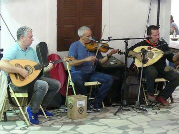 ...and life traditional Greek music, of course! (Photo: Ingrid Smet)