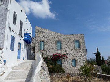 Traditional greek houses in Nikia, a village on the caldera rim (Photo: Ingrid Smet)