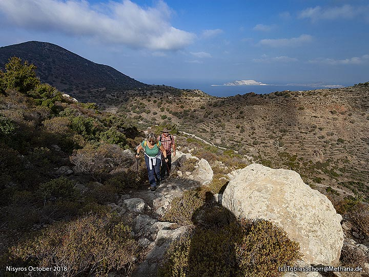 The hiking path to the crater caldera and to Nymphios. (Photo: Tobias Schorr)