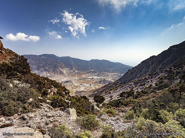View into the caldera from the Nymphios valley. (Photo: Tobias Schorr)