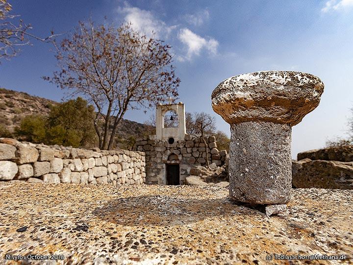 A small Dorian temple coloumn at a chapel on Nisyros. (Photo: Tobias Schorr)