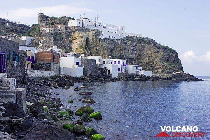 The main village of Nisyros, Mandraki (Photo: Tom Pfeiffer)