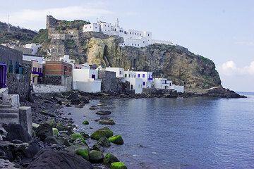 Der Hauptort von Nisyros, Mandraki (Photo: Tom Pfeiffer)