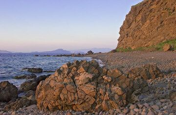 Pillow lava at the beach in the evening sun. (c)