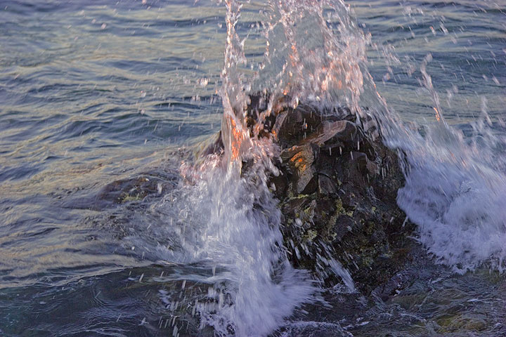 Sunlight in the wave hitting a rock (Photo: Tom Pfeiffer)
