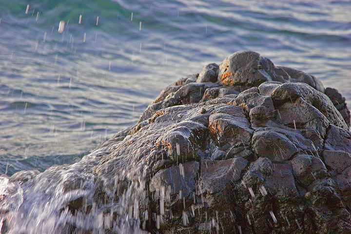Rock of pillow lava at the beach (Photo: Tom Pfeiffer)
