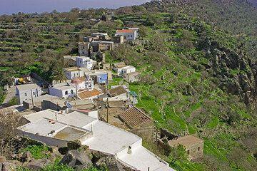 Das kleine Dorf Emborio auf der Kalderakante. (c)