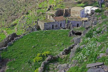 Eine Gruppe von Häusern am westlichen Ende von Emborio. (c)