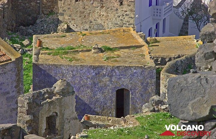 House in Emborio with remnants of the characteristic blue paint. (c)