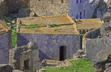 Ein Haus in Emborio, das für seine blauen Farben bekannt ist. (c)