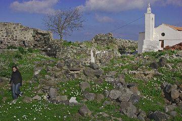 Alte Mauerreste bei der Kirche von Emborio. (c)