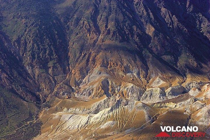 Die inneren Kalderawände sind von tiefen Erosionsrinnen zerfurcht. (Photo: Tom Pfeiffer)