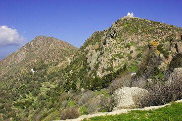 Kirche auf einer Bergspitze (c)