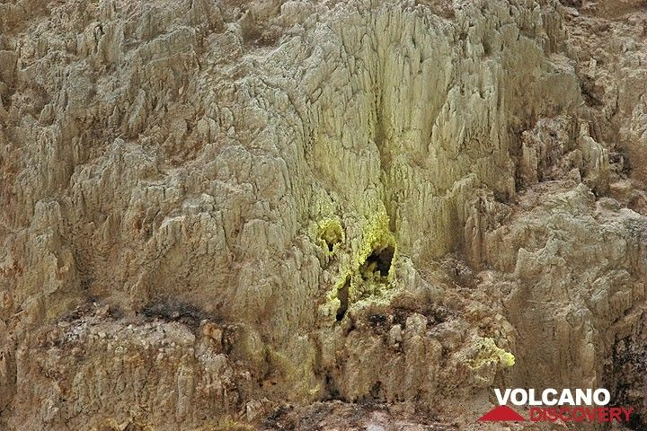 Sulphur deposits around a fumarole on the crater wall. (c)
