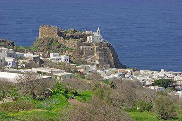 Die Burg und Agias Spilianis Kloster von Mandraki. (c)