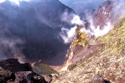 Looking into the summit crater of Pacaya volcano (Photo: Yashmin Chebli)