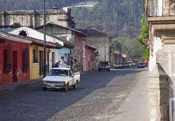 Rue dans le centre historique d'Antigua (Photo: Tom Pfeiffer)