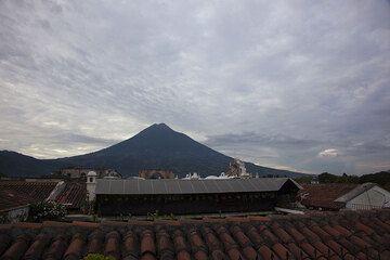 Dächer von Antigua und Agua Vulkan im Hintergrund (Photo: Tom Pfeiffer)