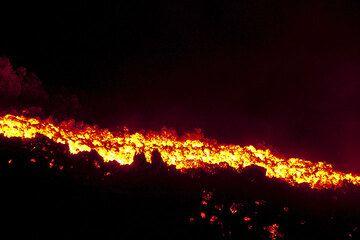 Lava flow at night (Pacaya) (Photo: Tom Pfeiffer)