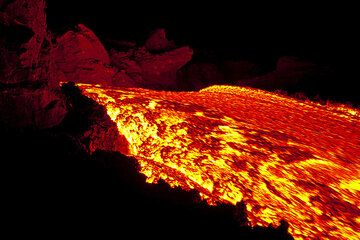 View onto the fast flowing lava (Photo: Tom Pfeiffer)