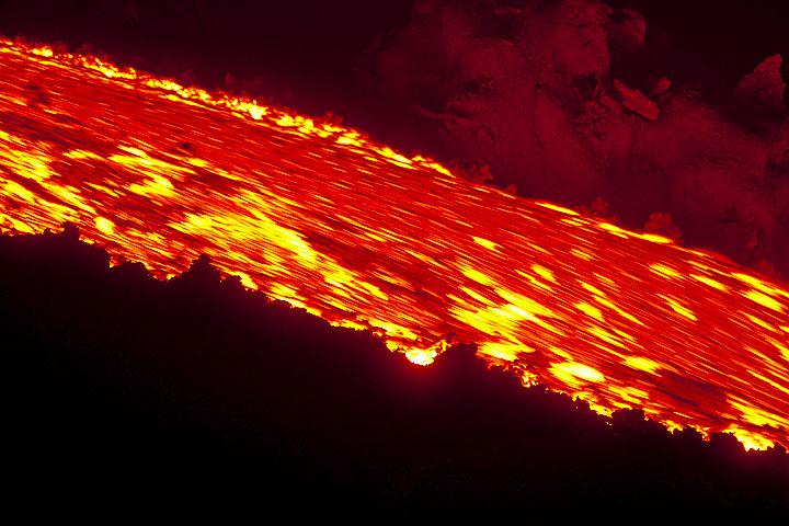 Flowing lava (Photo: Tom Pfeiffer)