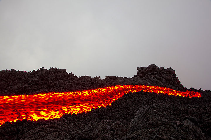 The winding lava flow in the morning. (Photo: Tom Pfeiffer)