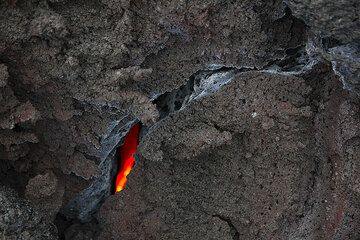 The interior of the cooling lava flow is still glowing hot. (Photo: Tom Pfeiffer)