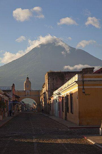 Mighty Agua volcano seen from Antigua (Photo: Tom Pfeiffer)