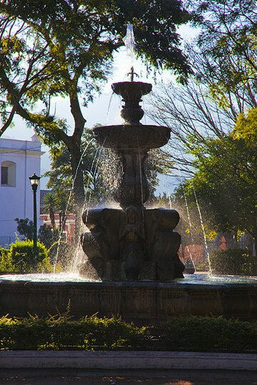 The fountain at the center of Plaza Mayor in Antigua (Photo: Tom Pfeiffer)