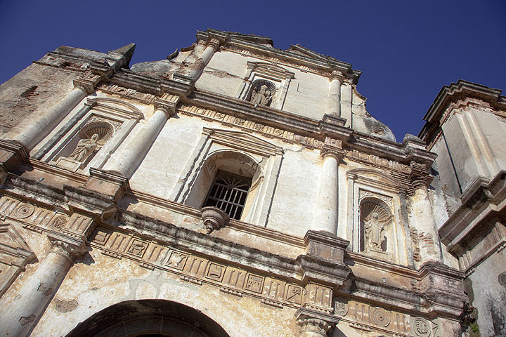 Facade of the cathedral in Antigua (Photo: Tom Pfeiffer)