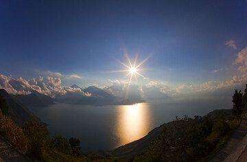 Evening above the caldera of Lake Atitlán. (Photo: Tom Pfeiffer)