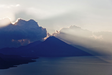 Toliman volcano, sunrays and shadows (Photo: Tom Pfeiffer)