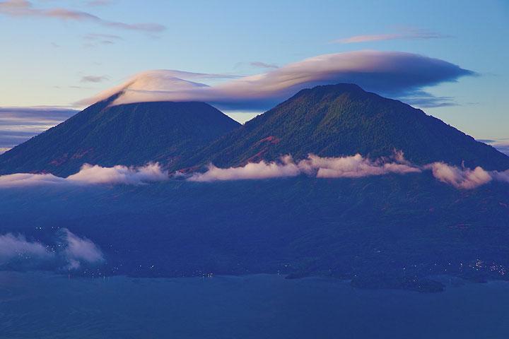 Atitlán and Toliman volcanoes (Photo: Tom Pfeiffer)