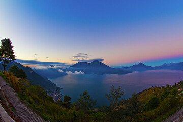 The caldera lake Atitlán at sunrise (Photo: Tom Pfeiffer)