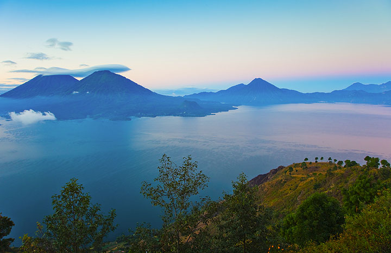 Ver Todo el Lago de Atitln HACIA Atitlny San Pedro y Tolimán volcanes (Photo: Tom Pfeiffer)