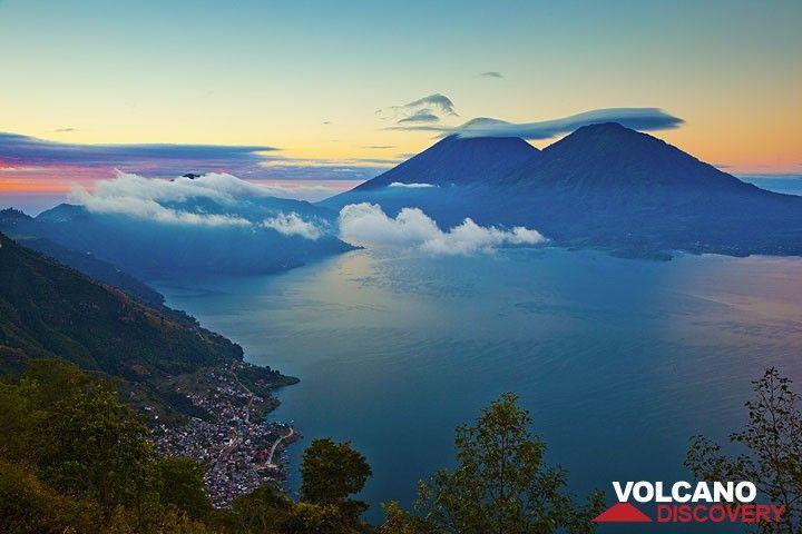 Sonnenaufgang über dem Atitlán See mit den Vulkanen Atitlán und Toliman im Hintergrund (Photo: Tom Pfeiffer)