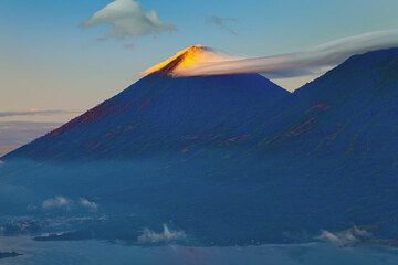 Atitlán volcano hit by the first sunrays (Photo: Tom Pfeiffer)
