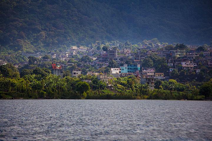 Santiago town at the feet of Toliman volcano (Photo: Tom Pfeiffer)