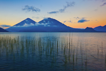 Volcanes Tolimán y Atitln visto desde la orilla del lago Atitln (Photo: Tom Pfeiffer)